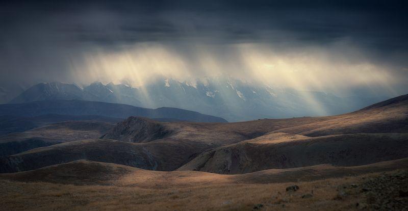 природа, пейзаж, панорама, горы, непогода, дождь, лучи, свет, небо, тяжелое, тучи, алтай, сибирь, путешествие, хмурый Дождь не может быть вечнымphoto preview