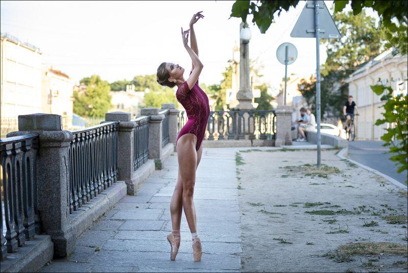 Балерина в красномphoto preview