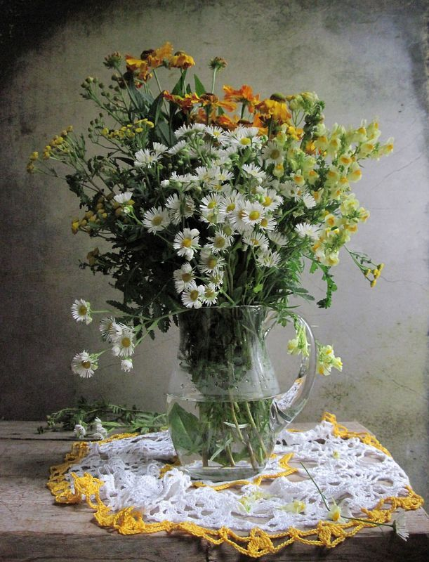 цветы, букет, ромашки, пижма, кувшин, стекло, салфетка Незатейливый букетикphoto preview