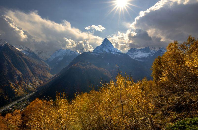 Горы , вершины ,Белалакая, осень ,Домбай ,солнце, облака, Золото Домбаяphoto preview