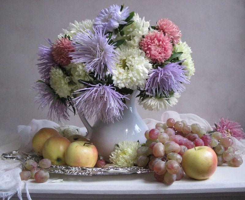 цветы, букет, астры, кувшин, фарфор, поднос, фрукты, виноград, яблоки С астрами и фруктамиphoto preview