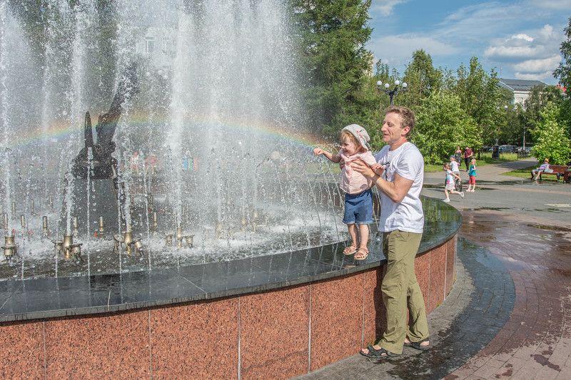 Семья, счастье, фонтан Прикоснуться к Радугеphoto preview