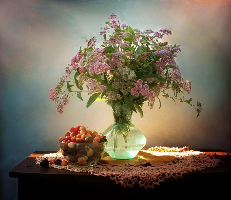 натюрморт, лето, цветы, букет, спирея, черешня С букетом розовой спиреиphoto preview