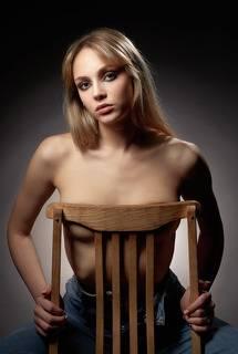 Девушка на стуле...