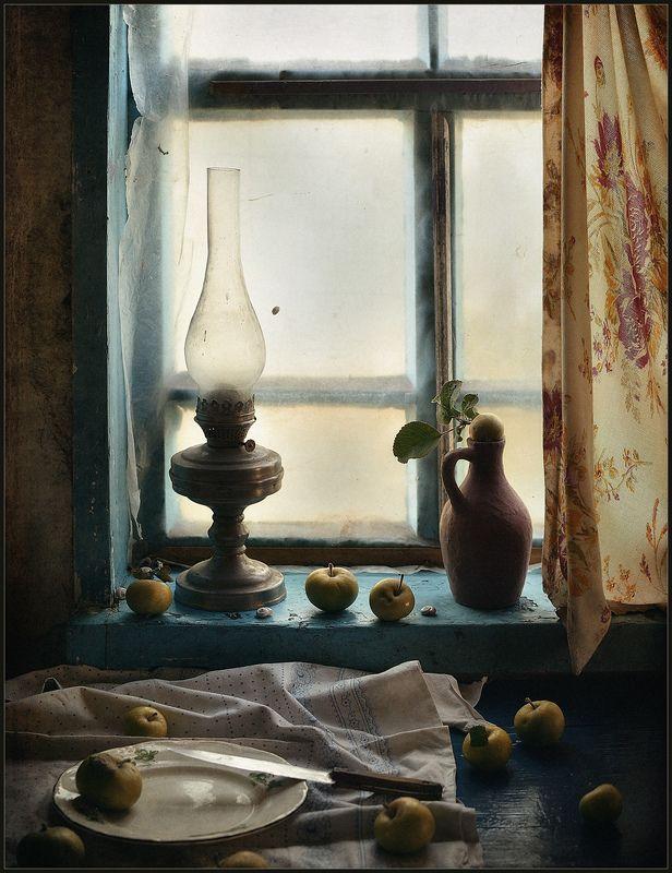 Старые окна..Яблочки лежали фото превью