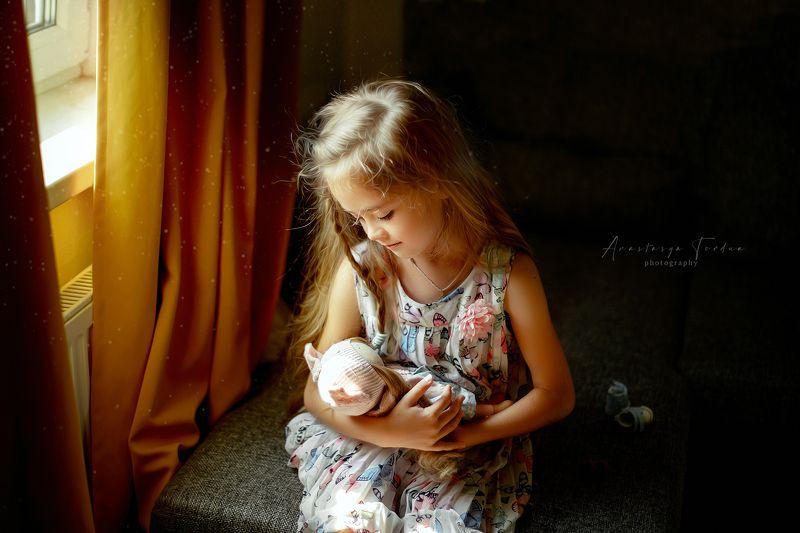 девочка детскаяфотография домашнеефото кукла игры в мамочку)photo preview