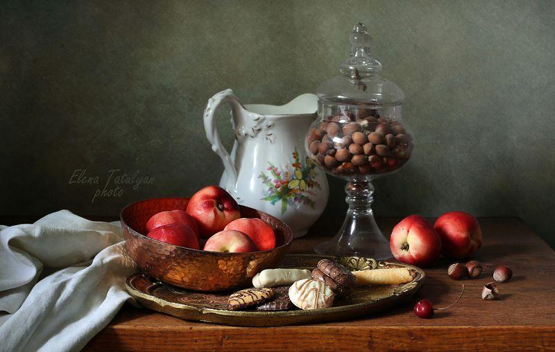 печенье, нектарины, орехи С нектаринами и печеньем фото превью