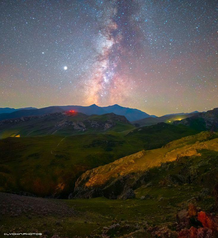 Восход Млечныого Пути над древнейшим селом Джекphoto preview