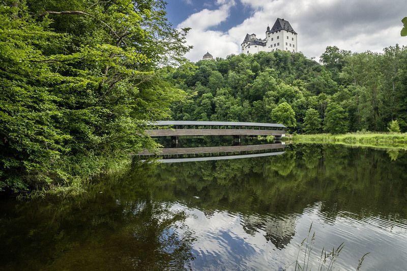 Деревянный мост через реку «Заале» и замок-музей Бургк.photo preview