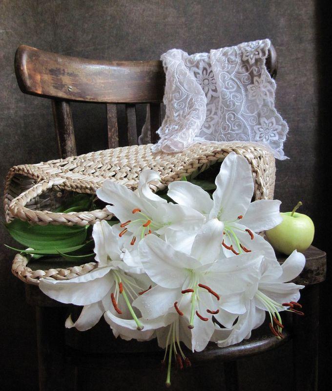 цветы, букет, лилии, плетеная сумка, салфетка, стул, яблоко Белые лилии в плетеной сумкеphoto preview