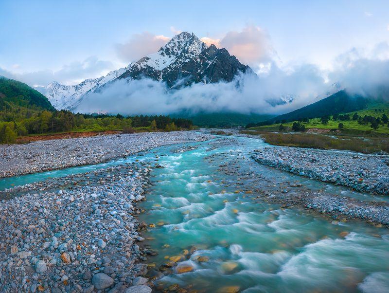 северный кавказ, горы, гора, вершина, путешествие, туризм, хребет, тихтенген, гара-аузусу, река, горная река, течение, кабардино-балкарский высокогорный заповедник, сумерки, закат, лето, туман, Река Гара-Аузусу и Тихтенгенphoto preview