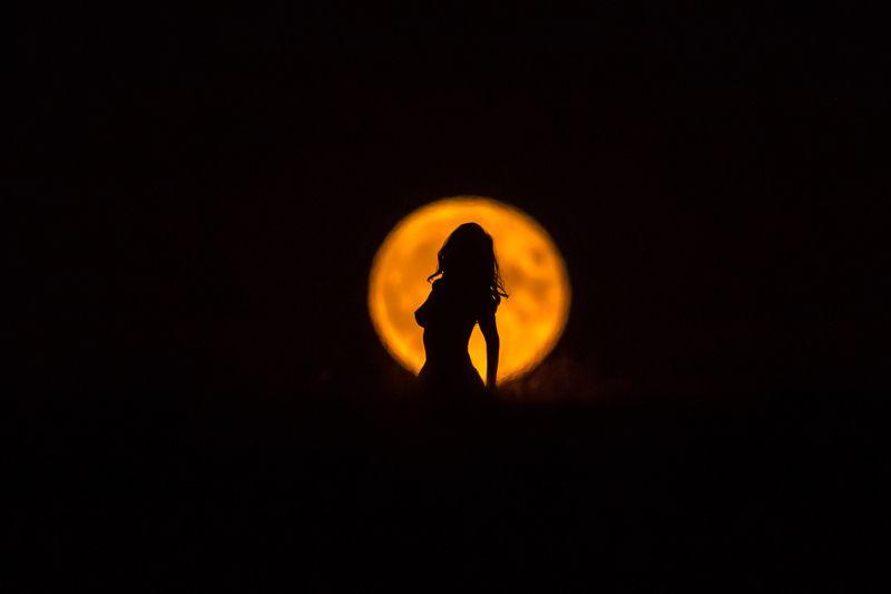 Девушка и лунаphoto preview