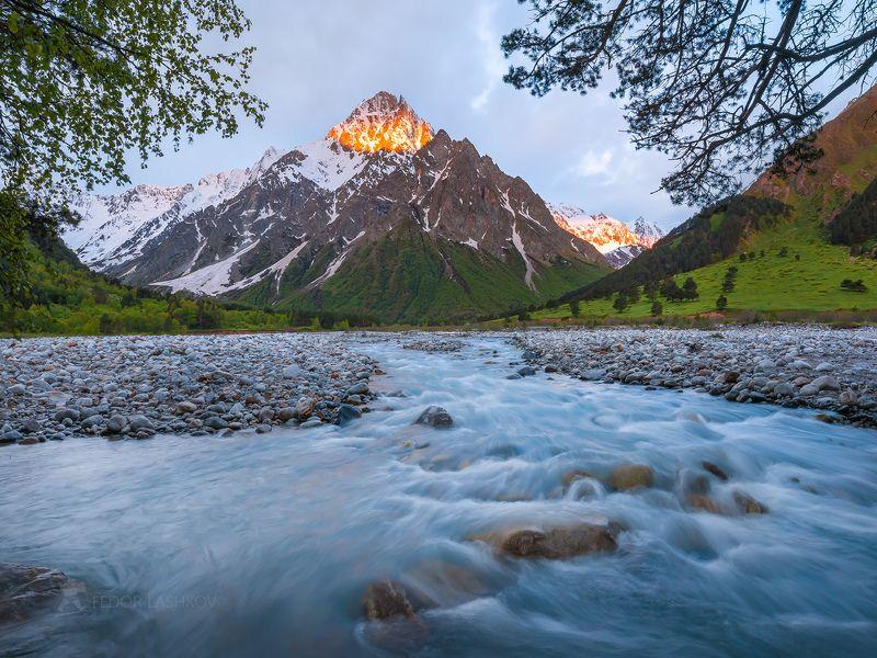 северный кавказ, горы, гора, вершина, путешествие, туризм, хребет, тихтенген, гара-аузусу, река, горная река, течение, кабардино-балкарский высокогорный заповедник, рассвет, лето, На рассветеphoto preview