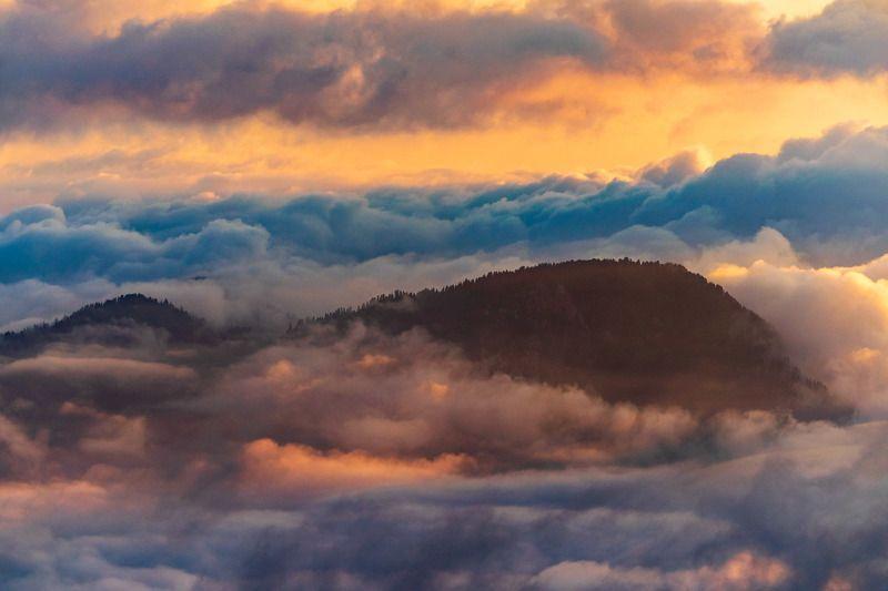 кавказ, горы, свет, облака И по небу бьют хвостами китыphoto preview