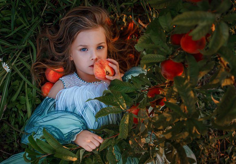 Девочка с персикамиphoto preview