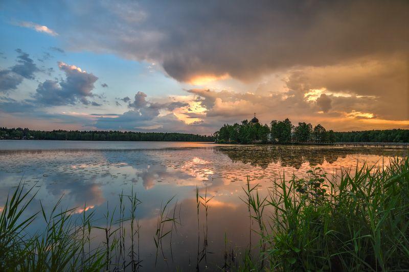 вечер,закат,небо,облака,тучи,свет,отражение,река,храм,пустынь перед грозойphoto preview