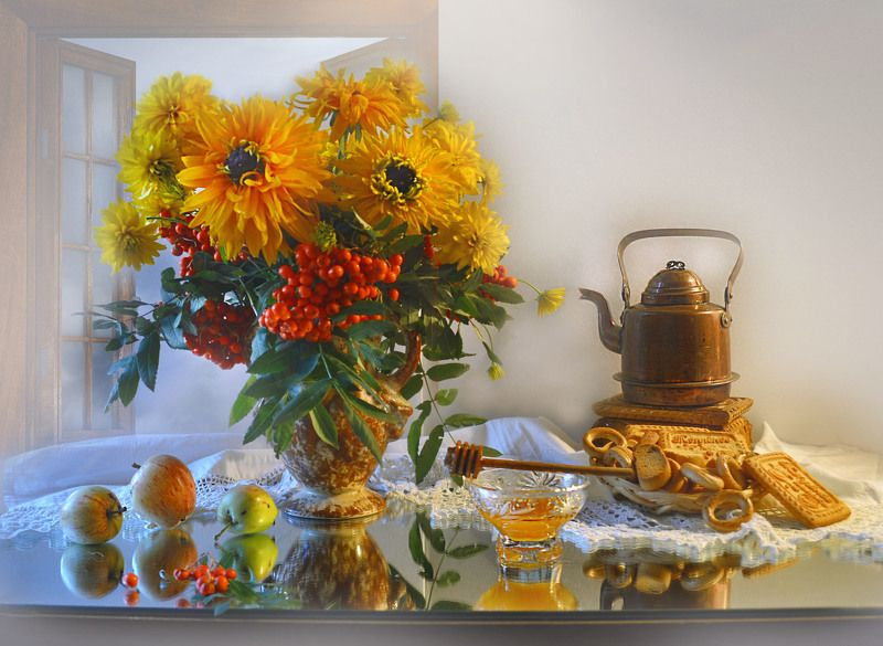 still life, натюрморт, золотые шары, цветы, фото натюрморт, подсолнухи, рябина, яблоки, мёд, зеркало, отражение Не говори, что впереди – сентябрь...photo preview