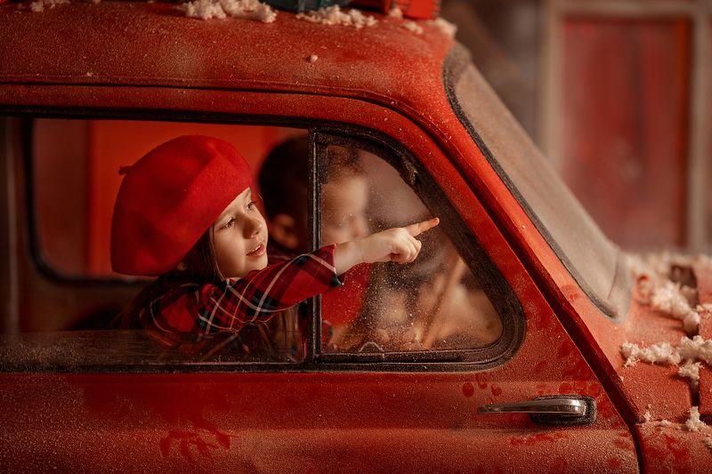 красная фотография, дети в путьphoto preview