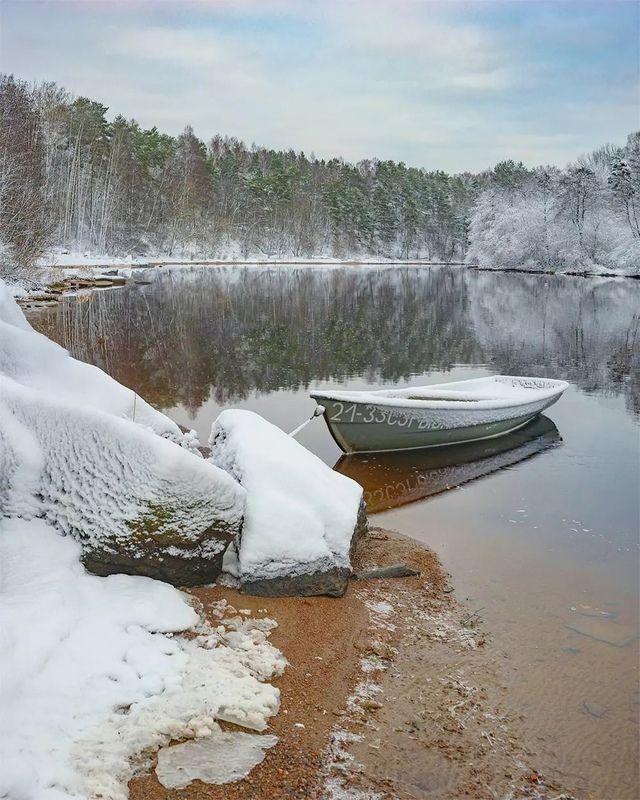 деревня, лодка, река, зима После снегопадаphoto preview