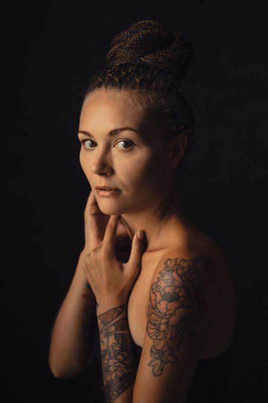 портрет, девушка, взгляд, татуировка, руки, прическа, косички Не будь копией, будь оригиналом.photo preview