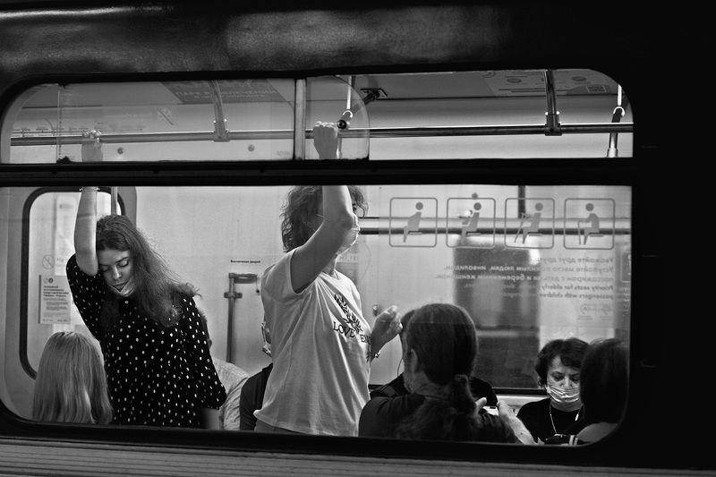 чб фото, метро, люди, пассажиры, стрит фото В метроphoto preview