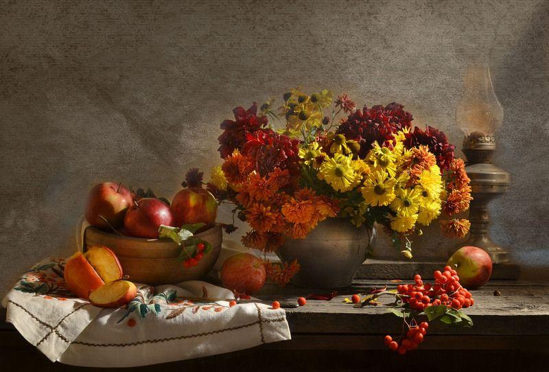 still life,натюрморт, цветы, фото натюрморт, яблоки, лето,   август,  керосиновая лампа, рябина, хризантемы, георгины ...улетает лето с лепестками...photo preview