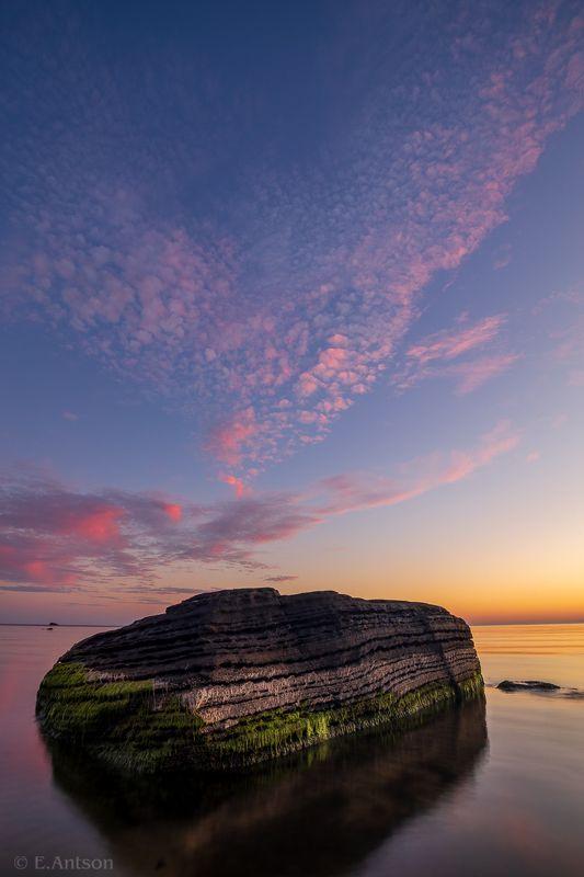 пейзаж, природа, море, эстония Одинокий камень в море фото превью