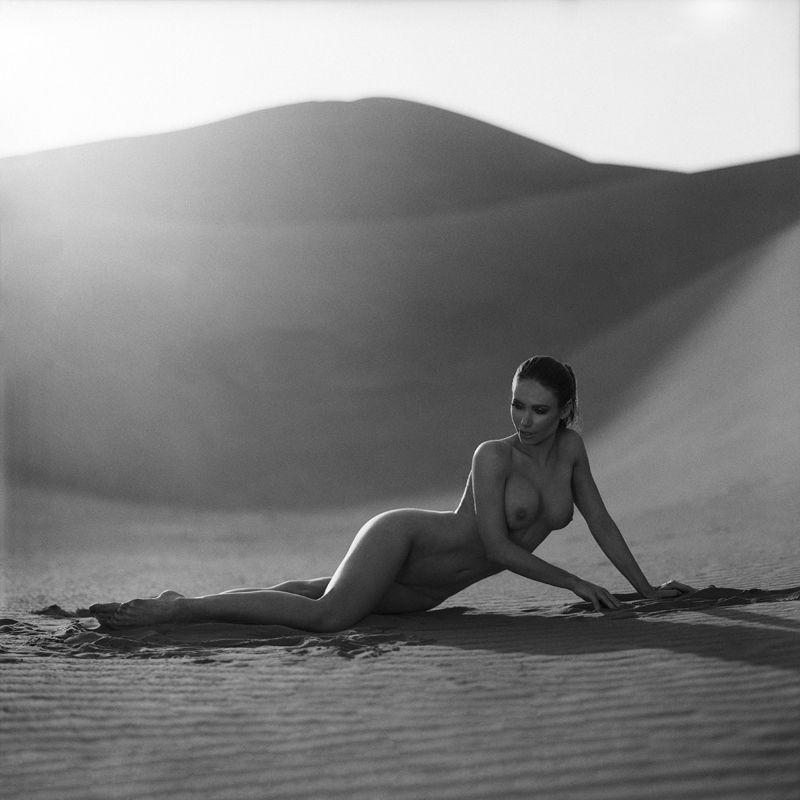 act, akt, nude, sensual, fineart, sahara, morocco, women, topless, analog, hasselblad, 6x6, bw, Karolinaphoto preview