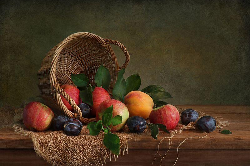 натюрморт,корзина,яблоки,сливы,столешница,мешковина Яблоки и сливыphoto preview