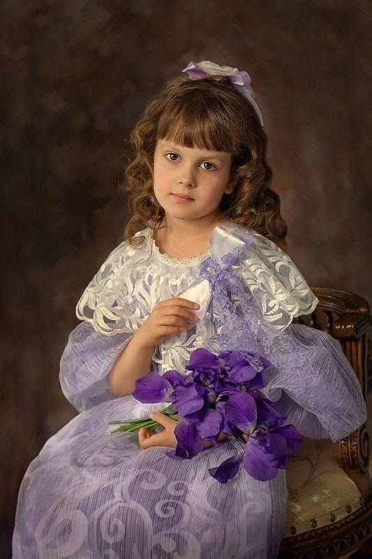 Девочка с ирисами photo preview