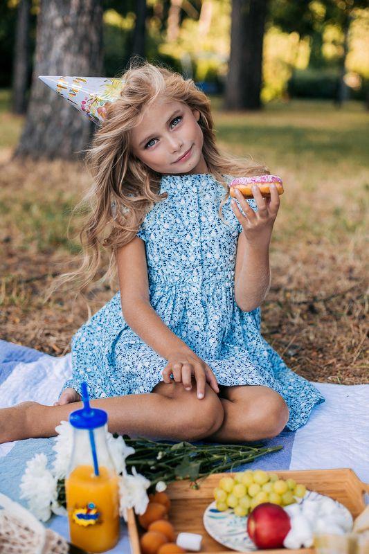 девочка, ребенок, портрет, детский портрет, портрет девочки, глаза. детское портфолио,пикник,лето, пончик Алинаphoto preview