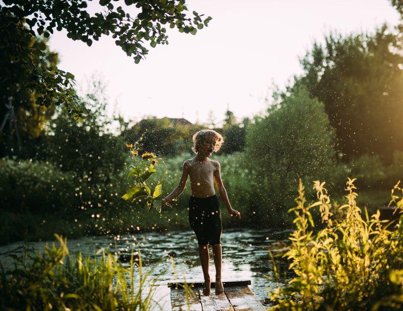 пруд, мальчик, брызги, закат, зеленый, детство, лето july 2021/ Bolshoe Pokrovskoephoto preview
