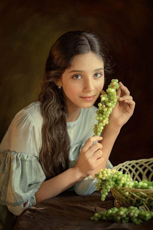Дечочка с виноградомphoto preview