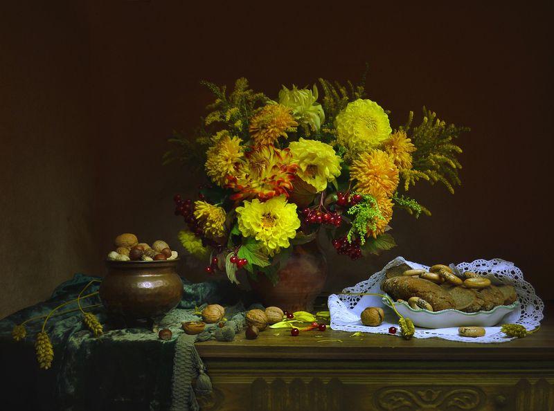 still life,натюрморт,золотые шары,  цветы, фото натюрморт, калина,  лето,   август, керамика,  настроение, хлебный спас, ореховый спас,праздник, георгины, колоски, подсолнухи Хлебный Спас...photo preview