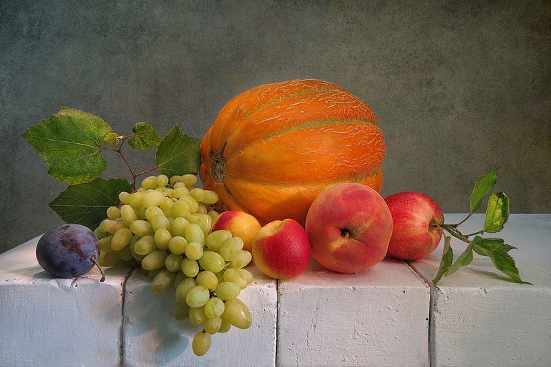 дыня,виноград,слива,персик,яблоко,кирпичи С дынейphoto preview