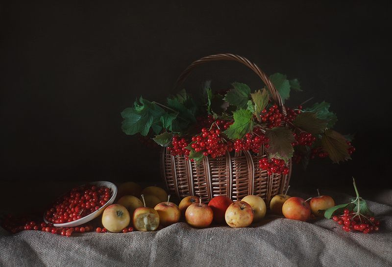 ранетка фрукты корзинка мешковина блюдце натюрморт калина в русско-народном стилеphoto preview