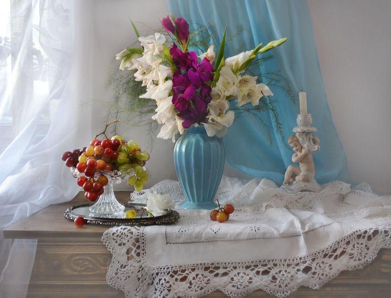still life, натюрморт, цветы, фото натюрморт,осень, сентябрь, гладиолусы, фарфор, виноград, подсвечник, свеча Закатится день немудрёных событий...photo preview