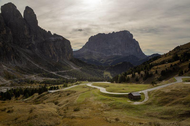 виражи; дорога; домик; осень; доломиты; италия; High-mountains pathwayphoto preview