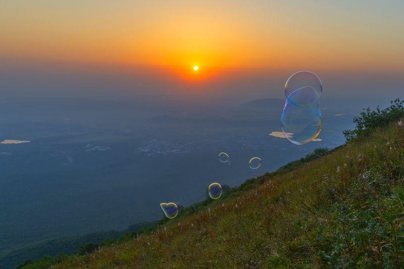 мыльные пузыри,рассвет,бештау,вершина Про мыльные пузыри на рассветеphoto preview