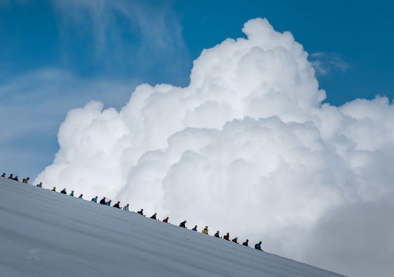 северный кавказ, кабардино-балкарская, терскол, путешествие, национальный парк приэльбрусье, эльбрус, туризм, поход, туристы, альпинисты, люди, репортаж, облака, небо, склон горы, дневное, Кто шагает дружно в рядphoto preview