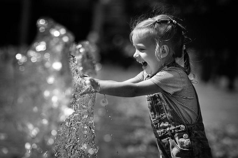 дети, лето, чб фото, стрит фото, фонтаны. эмоции Фонтанное настроениеphoto preview