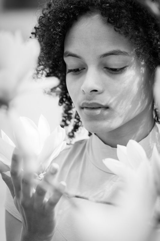 woman, bw, portrait, beautiful woman, curly hair, flowers, beautiful, spring, девушка, портрет, черно-белое, цветы, магнолия Elizabethphoto preview
