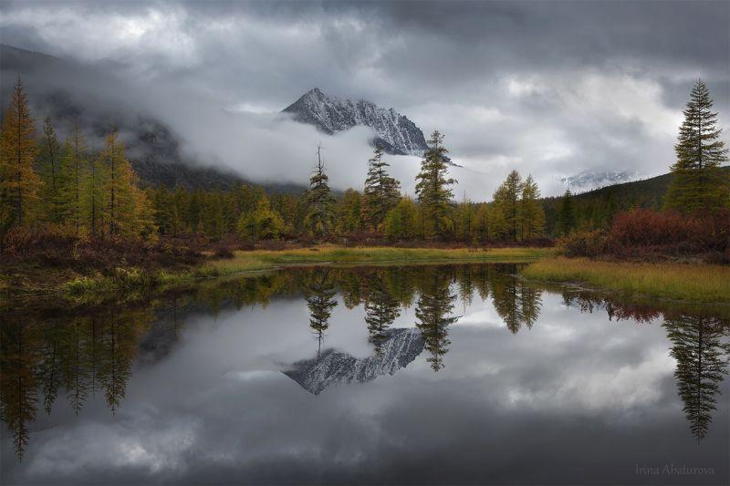 Колыма, Магадан, озеро Джека Лондона, осень Пик Бараний в облакахphoto preview