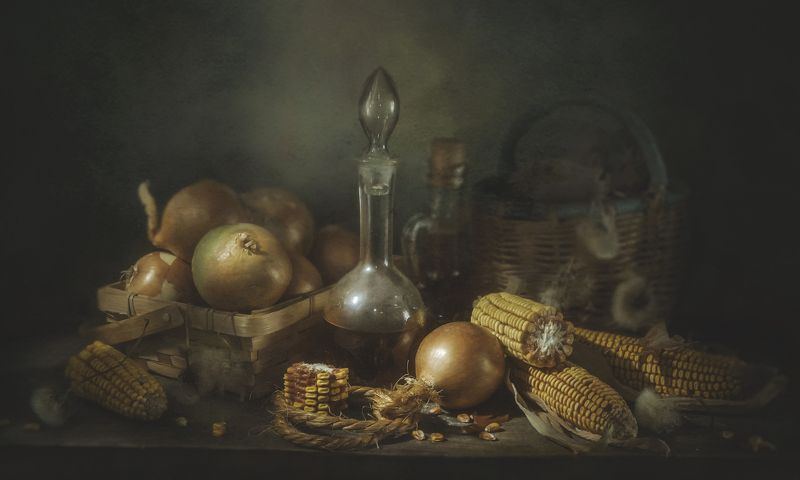 кукуруза,лук,корзина,старый,деревенский,овощи,бутылки На кухонном столеphoto preview