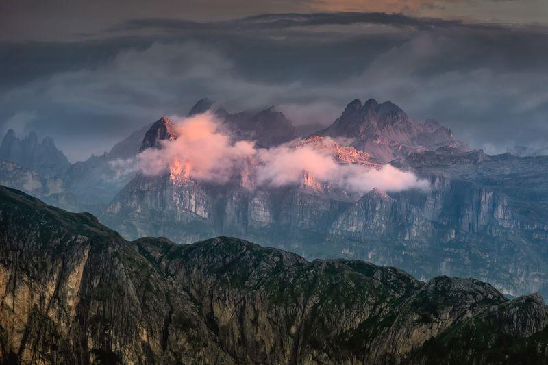 италия, доломиты, горы, облака, восход, природа, landscape, italy, dolomites, golden hour, golden light, sunrise Зацепилось облако за вершину.photo preview