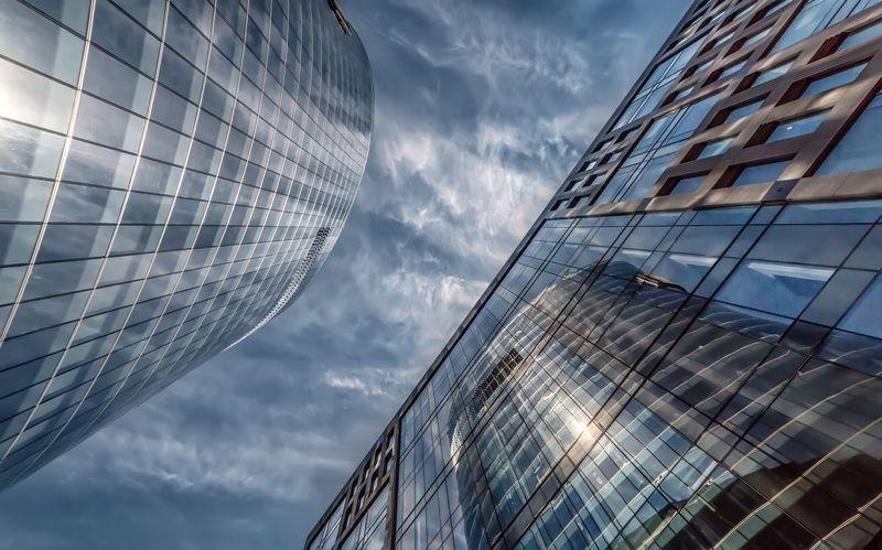 город архитектура небоскрёб небо облака стекло отражение блик Небоскрёбыphoto preview