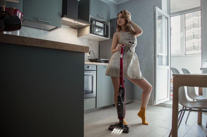 дома, женский портрет, постановочный кадр, кухня Как пылесосят девушкиphoto preview