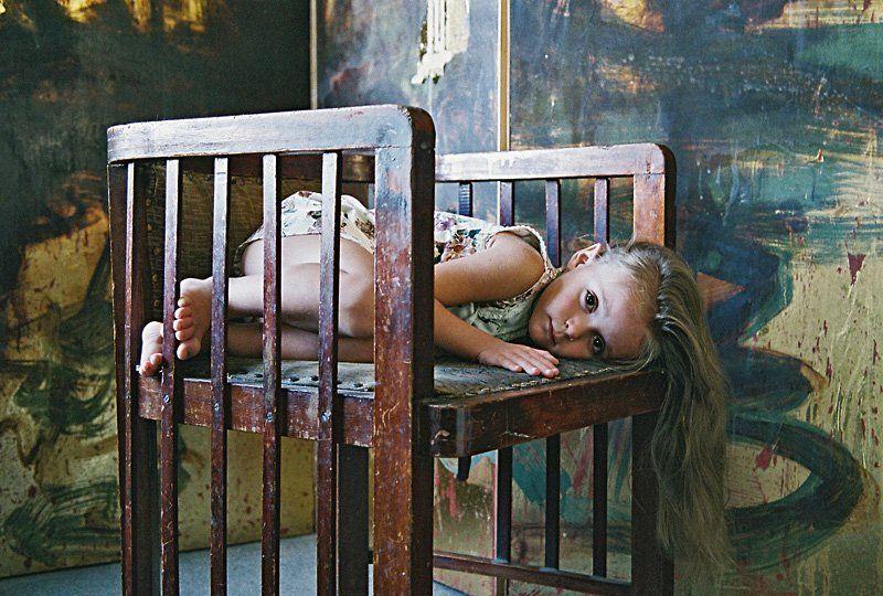 ребенок, девочка, детство, кресло, ширма. * * *photo preview