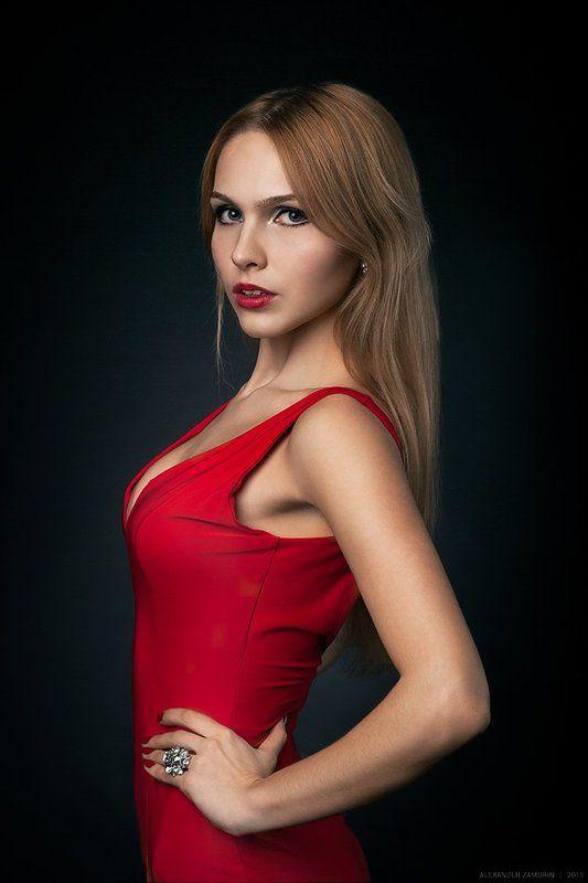 Девушка в красномphoto preview