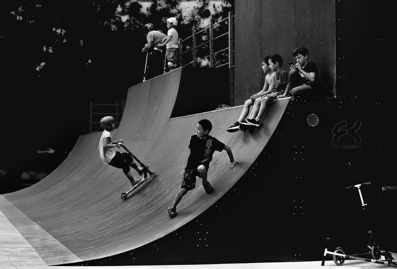 чб фото, жанровое фото, спорт, дети, скейт парк, стрит фото Летние картинки. Скейт паркphoto preview